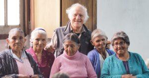 Roberto Calmi con le abuelitas